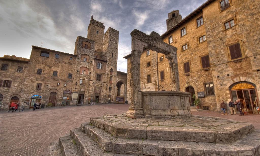 San Gimignano-Vista di piazza della Cisterna